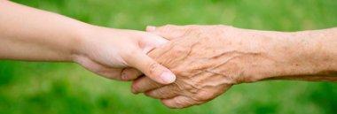 Anziani mano aiuto 380