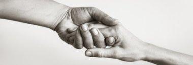 Aiuto anziani assistenza sociale mani mano accoglienza supporto 380 ant fotolia 195243450